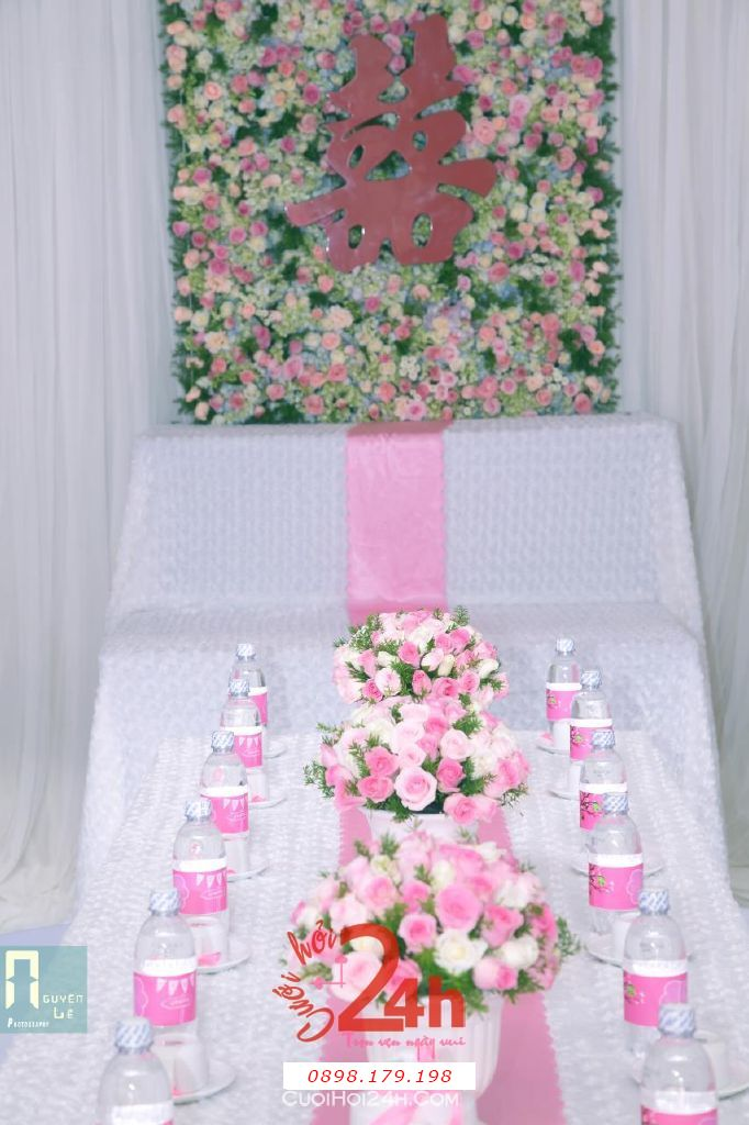 Dịch vụ cưới hỏi 24h trọn vẹn ngày vui chuyên trang trí nhà đám cưới hỏi và nhà hàng tiệc cưới | Trang trí nhà cưới hỏi tông hồng nhã nhặn với bàn thờ gia tiên là backdrop hoa tươi (3)