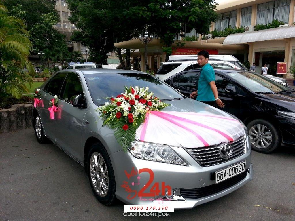Dịch vụ cưới hỏi 24h trọn vẹn ngày vui chuyên trang trí nhà đám cưới hỏi và nhà hàng tiệc cưới | Xe cưới màu xám kết hoa tươi trắng hồng phố voan dễ thương (1)