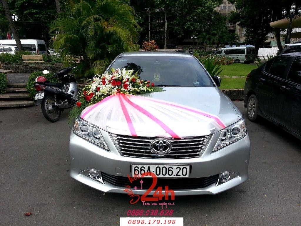 Dịch vụ cưới hỏi 24h trọn vẹn ngày vui chuyên trang trí nhà đám cưới hỏi và nhà hàng tiệc cưới | Xe cưới màu xám kết hoa tươi trắng hồng phố voan dễ thương (3)