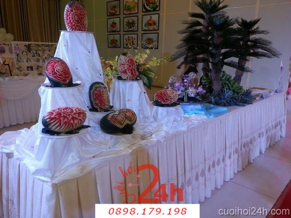 Dịch vụ cưới hỏi 24h trọn vẹn ngày vui chuyên trang trí nhà đám cưới hỏi và nhà hàng tiệc cưới | Trang trí bàn gallery đón khách ấn tượng với trái cây cắt tỉa hình dáng đẹp