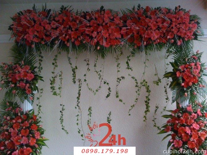 Dịch vụ cưới hỏi 24h trọn vẹn ngày vui chuyên trang trí nhà đám cưới hỏi và nhà hàng tiệc cưới | Trang trí Backdrop chụp ảnh cưới hoa đồng tiền đỏ và lá xanh tươi