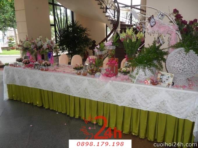Dịch vụ cưới hỏi 24h trọn vẹn ngày vui chuyên trang trí nhà đám cưới hỏi và nhà hàng tiệc cưới | Trang trí bàn ký tên tông xanh lá với hoa tươi tắn