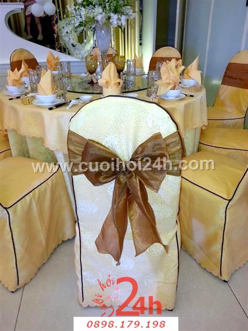 Dịch vụ cưới hỏi 24h trọn vẹn ngày vui chuyên trang trí nhà đám cưới hỏi và nhà hàng tiệc cưới | Bàn ghế màu vàng cà phê sang trọng cho tiệc cưới ở nhà hàng