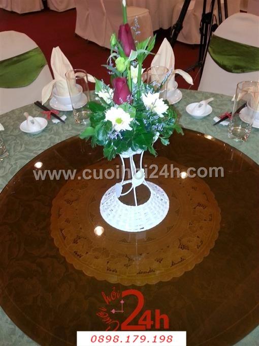 Dịch vụ cưới hỏi 24h trọn vẹn ngày vui chuyên trang trí nhà đám cưới hỏi và nhà hàng tiệc cưới | Lọ hoa hồng xinh xắn để trang trí bàn tiệc