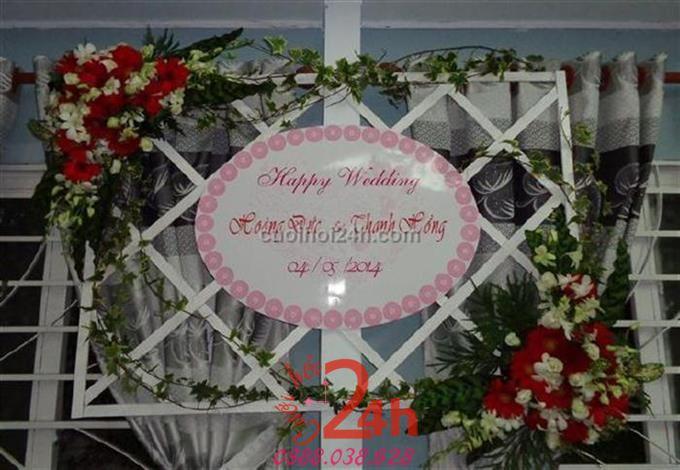 Dịch vụ cưới hỏi 24h trọn vẹn ngày vui chuyên trang trí nhà đám cưới hỏi và nhà hàng tiệc cưới | Trang trí bảng tên ngày cưới với hoa tuyệt đẹp