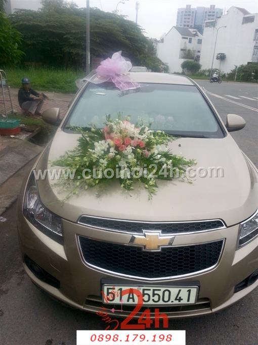 Dịch vụ cưới hỏi 24h trọn vẹn ngày vui chuyên trang trí nhà đám cưới hỏi và nhà hàng tiệc cưới | Xe cưới màu bạc kết hoa tươi trắng hồng
