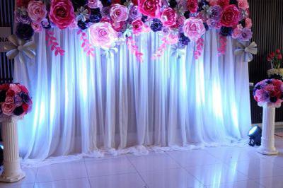 Dịch vụ cưới hỏi 24h trọn vẹn ngày vui chuyên trang trí nhà đám cưới hỏi và nhà hàng tiệc cưới | Backdrop chụp ảnh cưới hoa giấy phủ tấm vải voan trắng dịu dàng