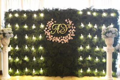 Dịch vụ cưới hỏi 24h trọn vẹn ngày vui chuyên trang trí nhà đám cưới hỏi và nhà hàng tiệc cưới | Backdrop cưới hỏi tông xanh lá lãng mạn với những ngọn đèn vàng và trụ hoa tú cầu