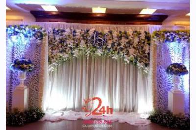 Dịch vụ cưới hỏi 24h trọn vẹn ngày vui chuyên trang trí nhà đám cưới hỏi và nhà hàng tiệc cưới | Backdrop hoa tươi tông trắng xanh đẹp lung linh cho tiệc cưới (1)
