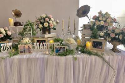 Dịch vụ cưới hỏi 24h trọn vẹn ngày vui chuyên trang trí nhà đám cưới hỏi và nhà hàng tiệc cưới | Bàn gallery được trang trí với khung ảnh, hoa hồng tươi, nến