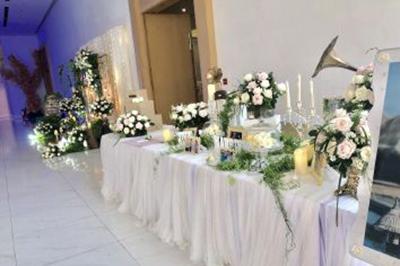 Dịch vụ cưới hỏi 24h trọn vẹn ngày vui chuyên trang trí nhà đám cưới hỏi và nhà hàng tiệc cưới | Bàn galley như mang không gian cổ tích vào buổi tiệc với đầy hoa hồng tươi
