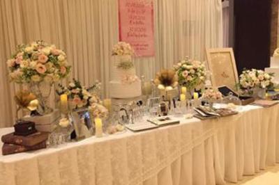 Dịch vụ cưới hỏi 24h trọn vẹn ngày vui chuyên trang trí nhà đám cưới hỏi và nhà hàng tiệc cưới | Bàn ký tên gallery đón khách sang trọng với các chậu hoa hồng cùng bánh kem khung ảnh nến