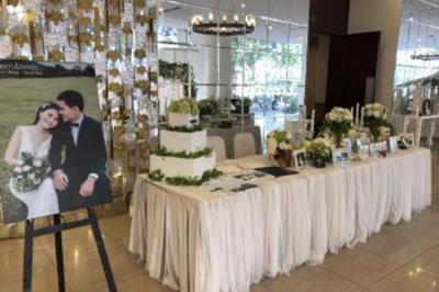 Dịch vụ cưới hỏi 24h trọn vẹn ngày vui chuyên trang trí nhà đám cưới hỏi và nhà hàng tiệc cưới | Bàn ký tên gallery đón khách tông trắng phủ tấm vải voan nhẹ nhàng