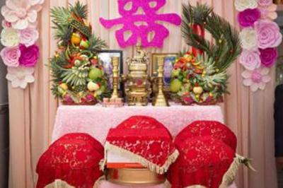 Dịch vụ cưới hỏi 24h trọn vẹn ngày vui chuyên trang trí nhà đám cưới hỏi và nhà hàng tiệc cưới | Bàn thờ gia tiên ngày cưới với hoa giấy tông tím hồng