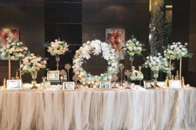 Dịch vụ cưới hỏi 24h trọn vẹn ngày vui chuyên trang trí nhà đám cưới hỏi và nhà hàng tiệc cưới | Các nụ hoa hồng và cẩm tú cầu được trang trí trên bàn ký tên trông rất sang trọng