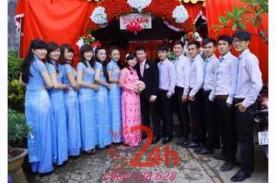 Dịch vụ cưới hỏi 24h trọn vẹn ngày vui chuyên trang trí nhà đám cưới hỏi và nhà hàng tiệc cưới | Người bưng mâm quả nam đồng phục sơ mi trắng nữ áo dài xanh ngọc