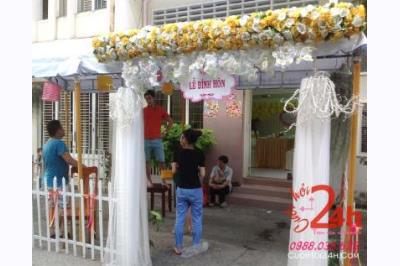 Dịch vụ cưới hỏi 24h trọn vẹn ngày vui chuyên trang trí nhà đám cưới hỏi và nhà hàng tiệc cưới | Cổng hoa vải tông trắng vàng hình chữ nhật đứng với chân voan mềm mại