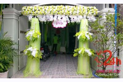 Dịch vụ cưới hỏi 24h trọn vẹn ngày vui chuyên trang trí nhà đám cưới hỏi và nhà hàng tiệc cưới | Cổng cưới hoa vải tông trắng xanh lá tươi tắn với hồng và lan hồ điệp