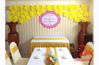 -24h chuyên dịch vụ cưới hỏi: trang trí nhà đám cưới hỏi, nhà hàng tiệc cưới, nhân sự bưng mâm quả, cổng hoa, xe hoa, cắt dán chữ và tin tức cưới hỏi: đám cưới sao, lập kế hoạch cưới, làm đẹp ngày cưới -Trang trí phông ăn hỏi hoa giấy màu vàng ngọt