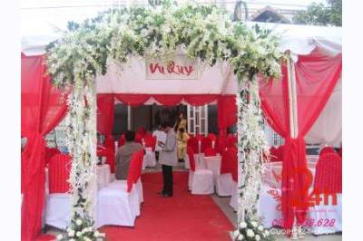 Dịch vụ cưới hỏi 24h trọn vẹn ngày vui chuyên trang trí nhà đám cưới hỏi và nhà hàng tiệc cưới | Nhà khách, rạp cưới voan trắng đỏ với cổng hoa tươi màu trắng