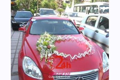 Dịch vụ cưới hỏi 24h trọn vẹn ngày vui chuyên trang trí nhà đám cưới hỏi và nhà hàng tiệc cưới | Xe cưới đỏ đô trang trí vòng hoa tròn xinh