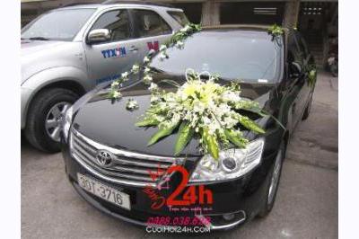 Dịch vụ cưới hỏi 24h trọn vẹn ngày vui chuyên trang trí nhà đám cưới hỏi và nhà hàng tiệc cưới | Xe cưới màu đen kết hoa lan và ly tông trắng