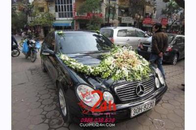Dịch vụ cưới hỏi 24h trọn vẹn ngày vui chuyên trang trí nhà đám cưới hỏi và nhà hàng tiệc cưới | Xe cưới màu đen kết hoa tươi tông trắng