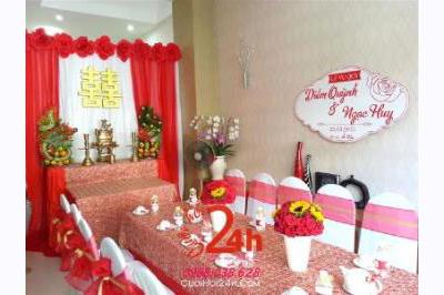 -24h chuyên dịch vụ cưới hỏi: trang trí nhà đám cưới hỏi, nhà hàng tiệc cưới, nhân sự bưng mâm quả, cổng hoa, xe hoa, cắt dán chữ và tin tức cưới hỏi: đám cưới sao, lập kế hoạch cưới, làm đẹp ngày cưới -Trang trí nhà cưới hoa giấy với tông màu đỏ đ