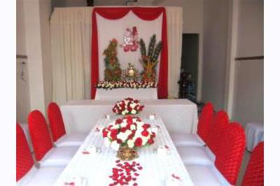 Dịch vụ cưới hỏi 24h trọn vẹn ngày vui chuyên trang trí nhà đám cưới hỏi và nhà hàng tiệc cưới | Trang trí bàn thờ gia tiên tông trắng nền trắng với ren đỏ