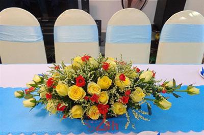 -24h chuyên dịch vụ cưới hỏi: trang trí nhà đám cưới hỏi, nhà hàng tiệc cưới, nhân sự bưng mâm quả, cổng hoa, xe hoa, cắt dán chữ và tin tức cưới hỏi: đám cưới sao, lập kế hoạch cưới, làm đẹp ngày cưới -Hoa để bàn màu vàng