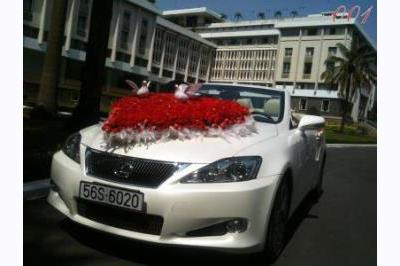 Dịch vụ cưới hỏi 24h trọn vẹn ngày vui chuyên trang trí nhà đám cưới hỏi và nhà hàng tiệc cưới | Xe cưới màu trắng kem kết hoa tươi đỏ thắm