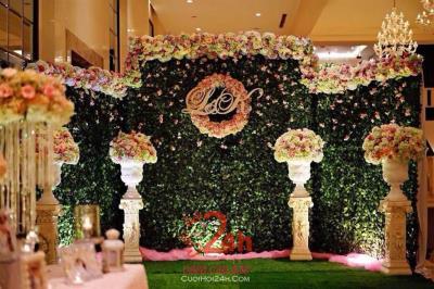 Dịch vụ cưới hỏi 24h trọn vẹn ngày vui chuyên trang trí nhà đám cưới hỏi và nhà hàng tiệc cưới | Phông cưới - Back drop tông xanh lá với trụ hoa tươi sang trọng
