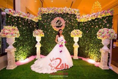 Dịch vụ cưới hỏi 24h trọn vẹn ngày vui chuyên trang trí nhà đám cưới hỏi và nhà hàng tiệc cưới | Phông cưới - Back drop tông xanh lá với trụ hoa tươi sang trọng (2)