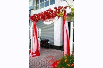 Dịch vụ cưới hỏi 24h trọn vẹn ngày vui chuyên trang trí nhà đám cưới hỏi và nhà hàng tiệc cưới | Cổng hoa vải với chân voan trắng đỏ đẹp mắt
