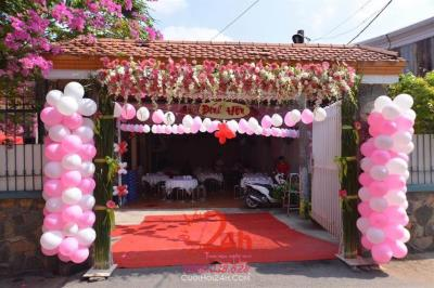 -24h chuyên dịch vụ cưới hỏi: trang trí nhà đám cưới hỏi, nhà hàng tiệc cưới, nhân sự bưng mâm quả, cổng hoa, xe hoa, cắt dán chữ và tin tức cưới hỏi: đám cưới sao, lập kế hoạch cưới, làm đẹp ngày cưới -Cổng hoa tươi tông màu trắng hồng với bong bó