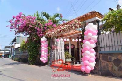 Dịch vụ cưới hỏi 24h trọn vẹn ngày vui chuyên trang trí nhà đám cưới hỏi và nhà hàng tiệc cưới | Cổng hoa tươi tông màu trắng hồng với bong bóng ngọt ngào (2)