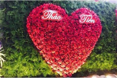 Dịch vụ cưới hỏi 24h trọn vẹn ngày vui chuyên trang trí nhà đám cưới hỏi và nhà hàng tiệc cưới | Trang trí Backdrop tông lá xanh với trái tim đỏ nổi bật
