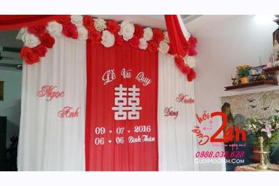 Dịch vụ cưới hỏi 24h trọn vẹn ngày vui chuyên trang trí nhà đám cưới hỏi và nhà hàng tiệc cưới: Phông cưới voan mềm mại mái kết hoa giấy trắng đỏ nổi bật