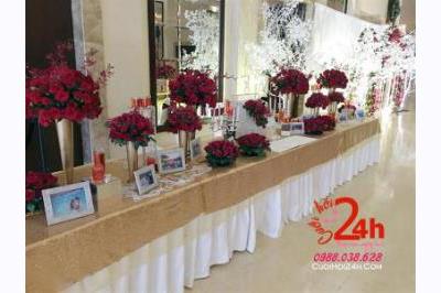 Dịch vụ cưới hỏi 24h trọn vẹn ngày vui chuyên trang trí nhà đám cưới hỏi và nhà hàng tiệc cưới: Trang trí bàn ký tên ngày cưới trắng vàng kim trang trí các trụ hoa tươi tông đỏ