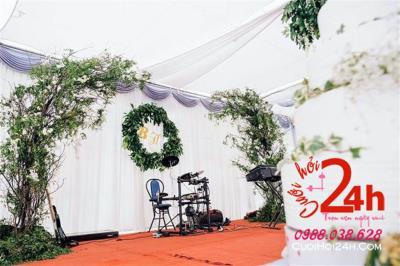 Dịch vụ cưới hỏi 24h trọn vẹn ngày vui chuyên trang trí nhà đám cưới hỏi và nhà hàng tiệc cưới: Trang trí sân khấu với voan và cây xanh