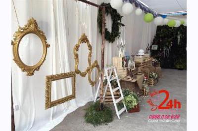 Dịch vụ cưới hỏi 24h trọn vẹn ngày vui chuyên trang trí nhà đám cưới hỏi và nhà hàng tiệc cưới: Backdrop cưới trang trí với khung ảnh màu vàng đồng