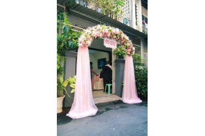 Dịch vụ cưới hỏi 24h trọn vẹn ngày vui chuyên trang trí nhà đám cưới hỏi và nhà hàng tiệc cưới | Cổng cưới hoa vải chân voan nhã nhặn tông trắng hồng