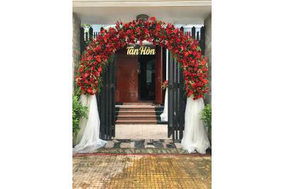 Dịch vụ cưới hỏi 24h trọn vẹn ngày vui chuyên trang trí nhà đám cưới hỏi và nhà hàng tiệc cưới | Cổng cưới hoa vải dành cho lễ tân hôn kết mái vòm hoa đồng tiền đỏ rực rỡ
