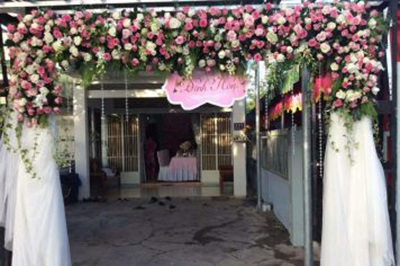 Dịch vụ cưới hỏi 24h trọn vẹn ngày vui chuyên trang trí nhà đám cưới hỏi và nhà hàng tiệc cưới | Cổng cưới hoa vải kết mái ngang sử dụng hoa hồng chân voan gam trắng nhẹ nhàng (2)