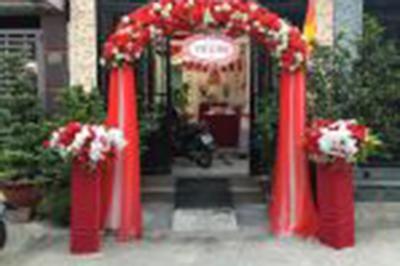 Dịch vụ cưới hỏi 24h trọn vẹn ngày vui chuyên trang trí nhà đám cưới hỏi và nhà hàng tiệc cưới | Cổng cưới hoa vải mang sắc đỏ với chân voan