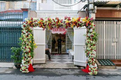 Dịch vụ cưới hỏi 24h trọn vẹn ngày vui chuyên trang trí nhà đám cưới hỏi và nhà hàng tiệc cưới | Cổng cưới hoa vải sử dụng hoa cẩm tú cầu kết khéo léo dành cho lễ tân hôn
