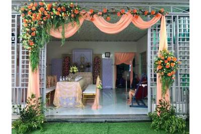 Dịch vụ cưới hỏi 24h trọn vẹn ngày vui chuyên trang trí nhà đám cưới hỏi và nhà hàng tiệc cưới | Cổng cưới hoa vải tông màu cam rực rỡ