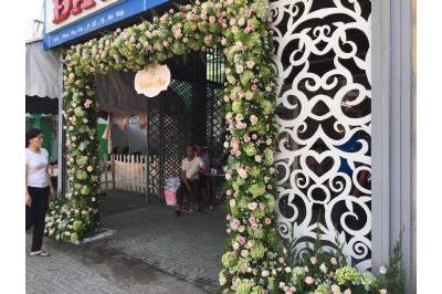 Dịch vụ cưới hỏi 24h trọn vẹn ngày vui chuyên trang trí nhà đám cưới hỏi và nhà hàng tiệc cưới | Cổng cưới kết hoa cẩm tú cầy và hoa hồng tươi ấn tượng