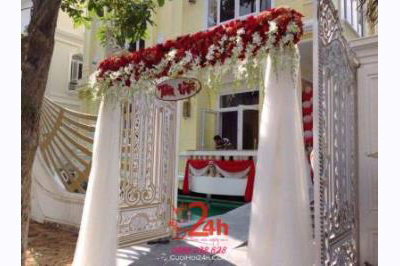 Dịch vụ cưới hỏi 24h trọn vẹn ngày vui chuyên trang trí nhà đám cưới hỏi và nhà hàng tiệc cưới | Cổng hoa tươi chân voan trắng đỏ (1)