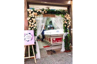 Dịch vụ cưới hỏi 24h trọn vẹn ngày vui chuyên trang trí nhà đám cưới hỏi và nhà hàng tiệc cưới | Cổng hoa tươi mái ngang kết từ hoa hồng sắc cam đẹp mắt